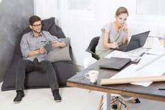 Коллективно обсуждать на офисе дизайна Стоковые Фото