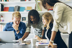 Коллективно обсуждать на столе офиса Стоковое Изображение