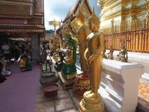 Колени людей гнуть к статуям Будды на виске Doi Suthep Стоковые Фото