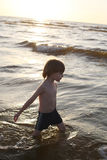 Колено заботливого мальчика идя глубоко в море Стоковое Фото