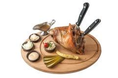 Колено свинины на деревянной плите и белой предпосылке Стоковое Изображение RF