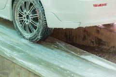 Колеса автомобиля покрытые с пеной припарковали планшетную мойку в тайской земле Стоковые Фотографии RF