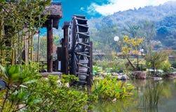 Колеса воды на реке между деревьями в парке Wuxi nianhuawan Стоковая Фотография
