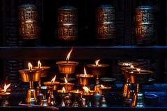 Колеса и свечи молитве в золотом виске, Patan Durbar Squ Стоковая Фотография