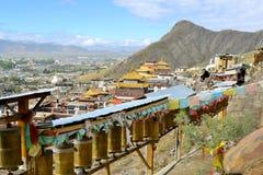 Колеса молитве вокруг монастыря в Шигадзе, Тибете Стоковые Изображения RF