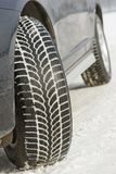 Колеса покрышек зимы установленные на автомобиль suv outdoors Стоковое Фото