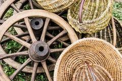 Колеса фуры и плетеные корзины на стране справедливой Стоковое Изображение