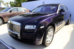 Колесная база фиолетового призрака Rolls Royce выдвинутая Стоковые Изображения