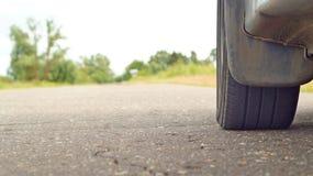 Колесо автомобиля на дороге Стоковые Фотографии RF