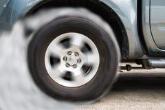 Колесо автомобиля перемещаясь и куря на варианте темноты следа Стоковое Изображение RF