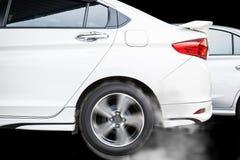 Колесо автомобиля перемещаясь и куря на варианте темноты следа Стоковое фото RF