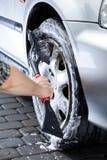 Колесо автомобиля чистки руки Стоковое Изображение RF