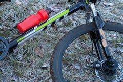 Колесо велосипеда на траве Стоковая Фотография