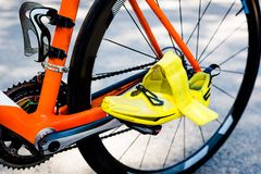 Колесо велосипеда, оранжевая рамка, желтый задействовать Стоковые Фотографии RF