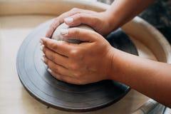 Колесо гончарни, глина, руки ` s женщины, гончар идет работать в гончарне стоковые изображения rf