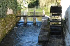 Колесо затвора старой мельницы закрутило от воды реки в замке в деревне Strassoldo Friuli (Италия) Стоковое фото RF