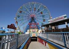 Колесо интереса на парке атракционов острова Coney Стоковая Фотография