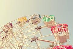 Колесо и небо Ferris с ретро влиянием фильтра (винтажный стиль) стоковые фотографии rf