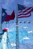 Колесо и флаги Ferris на городе Далласе TX стоковое фото