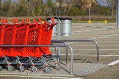Колесо магазинных тележкеа на месте для стоянки Деталь магазинной тележкаи Селективный фокус Стоковые Фотографии RF
