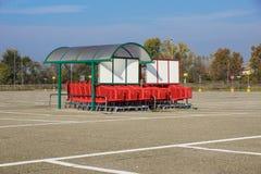 Колесо магазинных тележкеа на месте для стоянки Деталь магазинной тележкаи Селективный фокус Стоковые Фото