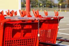 Колесо магазинных тележкеа на месте для стоянки Деталь магазинной тележкаи Селективный фокус Стоковое Изображение RF