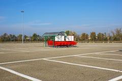 Колесо магазинных тележкеа на месте для стоянки Деталь магазинной тележкаи Селективный фокус Стоковое Изображение