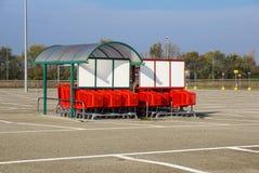 Колесо магазинных тележкеа на месте для стоянки Деталь магазинной тележкаи Селективный фокус Стоковая Фотография RF