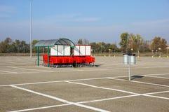 Колесо магазинных тележкеа на месте для стоянки Деталь магазинной тележкаи Селективный фокус Стоковая Фотография