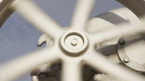 Колесо металла крупного плана поворачивает и двигает Деррик сток-видео