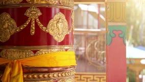 Колесо молитве поворачивая монастырь Thikse, Leh, Ladakh, Индию Традиционно, мантры написаны в санскритском на снаружи  видеоматериал