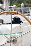 Колесо направления и пал яхты стоковое фото