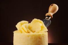 Колесо сыра с ножом стоковые фотографии rf