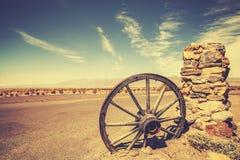 Колесо телеги ретро стиля старое, концепция Диких Западов, США Стоковые Изображения