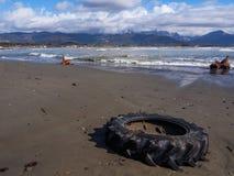Колесо трактора покинутое вдоль пляжа Стоковая Фотография RF