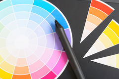 Колесо цвета и графическая таблетка стоковые фотографии rf