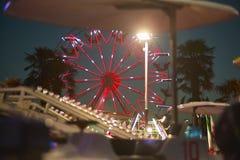 Колесо Ferris за ездами Стоковое Фото