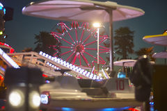 Колесо Ferris за ездами Стоковые Фото