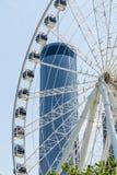 Колесо Ferris и круглая гостиница стоковая фотография rf