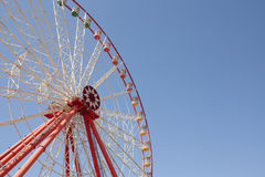 Колесо Ferris масленицы с чистыми небесами с пустым концом космоса вверх по съемке половины колеса ferris Стоковая Фотография RF