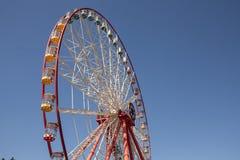 Колесо Ferris масленицы с чистыми небесами с пустым концом космоса вверх по съемке половины колеса ferris Стоковые Изображения RF