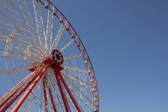 Колесо Ferris масленицы с чистыми небесами с пустым концом космоса вверх по съемке половины колеса ferris Стоковое фото RF