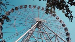 Колесо Ferris над голубым небом Колесо Ferris против голубого неба на солнечный день в парке Колесо Ferris на воде на восходе сол акции видеоматериалы