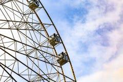 Колесо Ferris на красочной предпосылке неба Стоковое Изображение RF