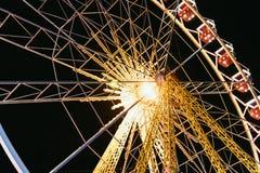 Колесо Ferris на ноче в парке стоковое изображение