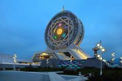 Колесо Ferris на ночном небе как предпосылка, Стоковые Фото