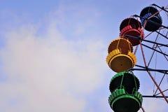 Колесо Ferris на предпосылке голубого неба Стоковое Изображение