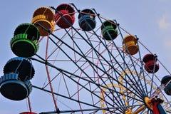 Колесо Ferris на предпосылке голубого неба Стоковое Фото