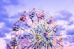 Колесо Ferris на ярмарке в Мьянме на заходе солнца Стоковое Изображение