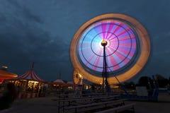 Колесо Ferris на ярмарке на ноче стоковые фото